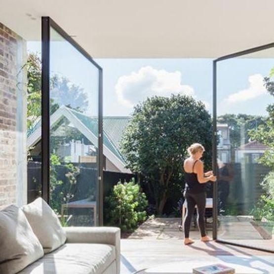 Vitrocsa pivotante baie vitr e pivotante avec for Systeme fermeture baie vitree