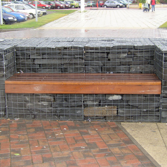 emereur de stonekit un banc encastr dans un muret en gabion. Black Bedroom Furniture Sets. Home Design Ideas