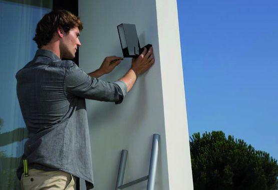 cam ra de s curit ext rieure connect e projecteur int gr presence netatmo. Black Bedroom Furniture Sets. Home Design Ideas