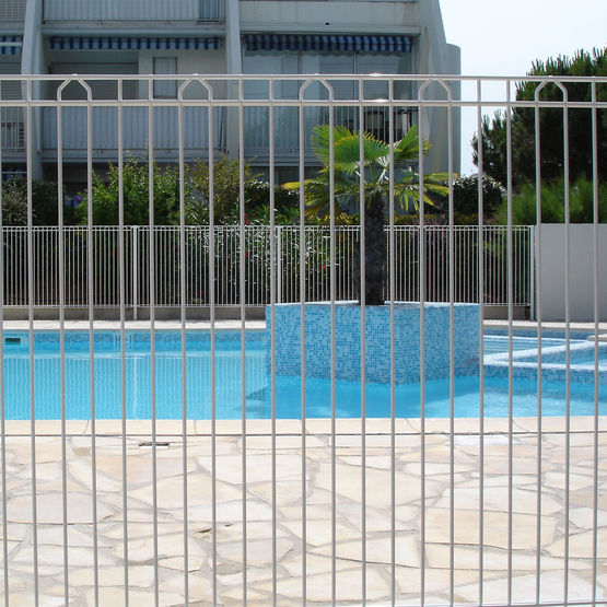 Cl ture barreaudage pour piscine betafence france for Cloture pour piscine gonflable