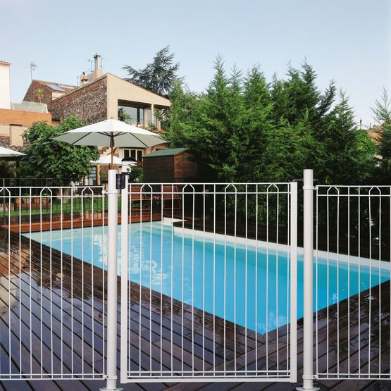 Cl ture barreaudage pour piscine betafence france for Cloture amovible pour piscine