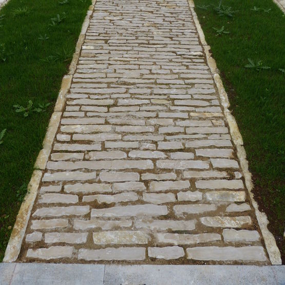 Dalle ext rieure de jardin en pierre naturelle brute taill e for Dalle pierre exterieur