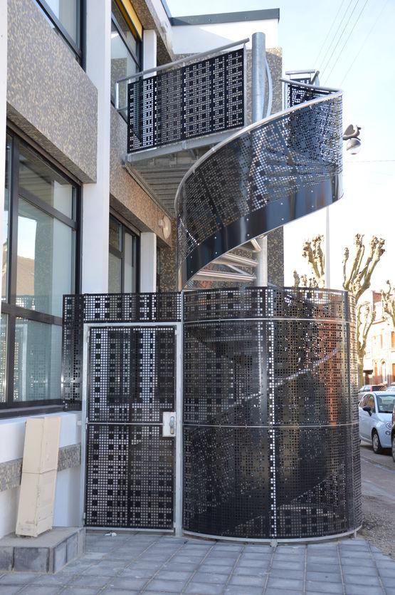 escalier de s curit m tallique pour l 39 ext rieur. Black Bedroom Furniture Sets. Home Design Ideas