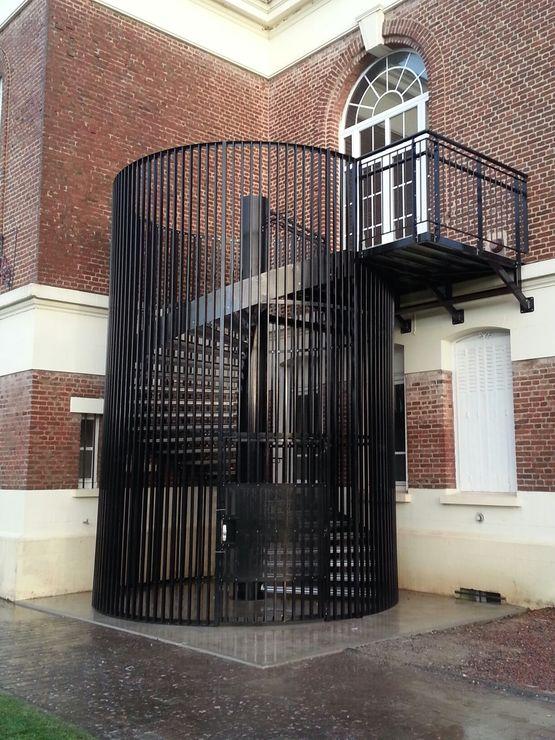 Escalier métallique avec cage barreaudée ou en panneaux ajourés ...