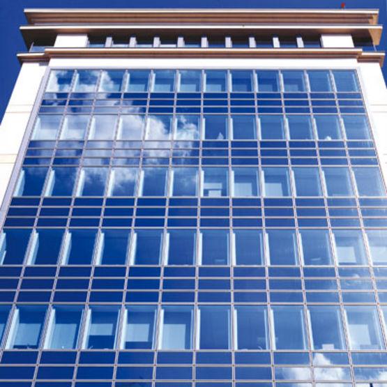 Façade-rideau ou semi-rideau en verre parclosé sur profilé aluminium ...