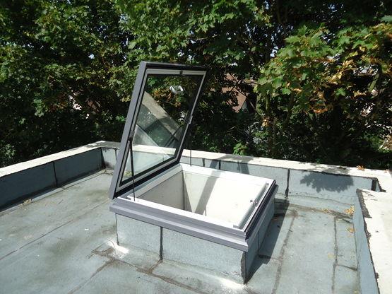 fen tre de toit manuelle articul e rupture de pont. Black Bedroom Furniture Sets. Home Design Ideas