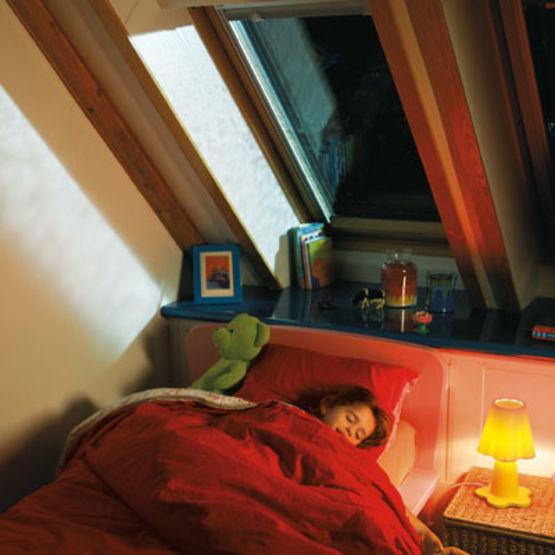 fen tre de toit velux avec syst me anti bruit de pluie batiproduits. Black Bedroom Furniture Sets. Home Design Ideas