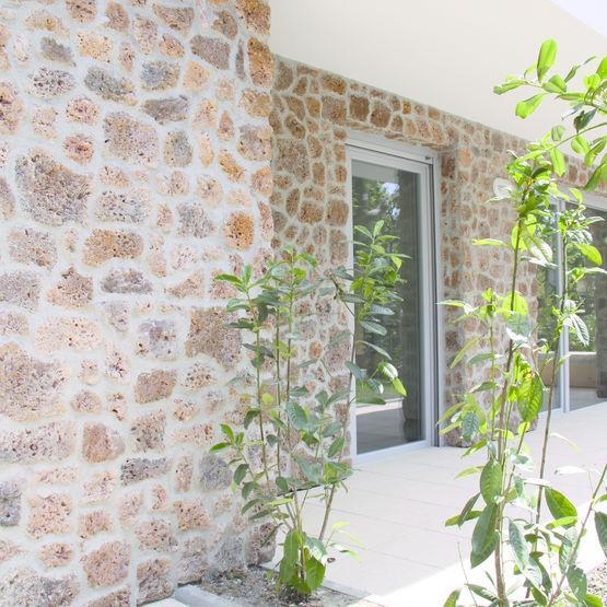 Parement mural en pierre de meuli re orsol for Pose parement pierre interieur