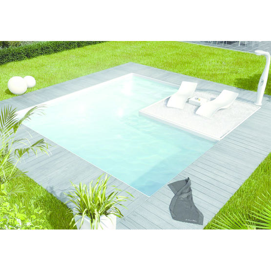 Piscine blanche avec plage int gr e en gazon synth tique for Piscine 8x4 avec plage