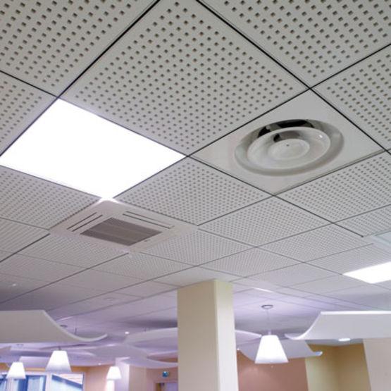 plafonds suspendus d montables en dalles de pl tre perfor pour l 39 absorption acoustique plaza. Black Bedroom Furniture Sets. Home Design Ideas