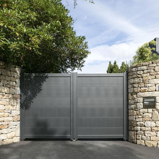portail battant ou coulissant lames larges en aluminium batiproduits. Black Bedroom Furniture Sets. Home Design Ideas