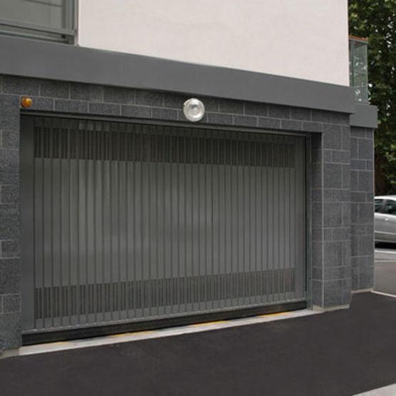 Porte basculante pour usage intensif dans le secteur for Parking f porte de versailles