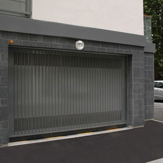 Porte basculante pour usage intensif dans le secteur for Fabricant porte de garage basculante
