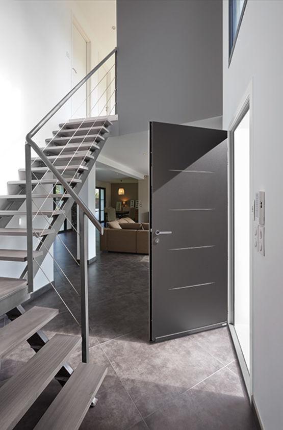 porte d 39 entr e en aluminium avec incisions sur parements. Black Bedroom Furniture Sets. Home Design Ideas