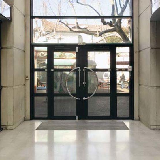 Portes d 39 entr e vitr es avec dormant en aluminium soud for Dormant porte d entree
