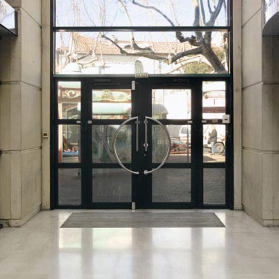 Portes d 39 entr e vitr es avec dormant en aluminium soud k190 porte grand trafic et grande - Grande porte d entree ...