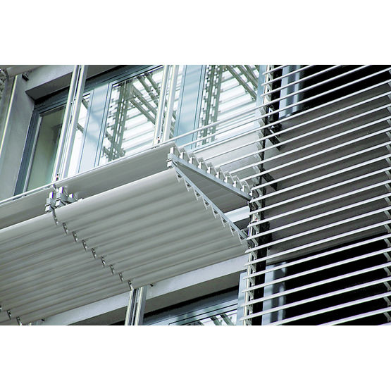 protection solaire verticale relevable en auvent renson. Black Bedroom Furniture Sets. Home Design Ideas