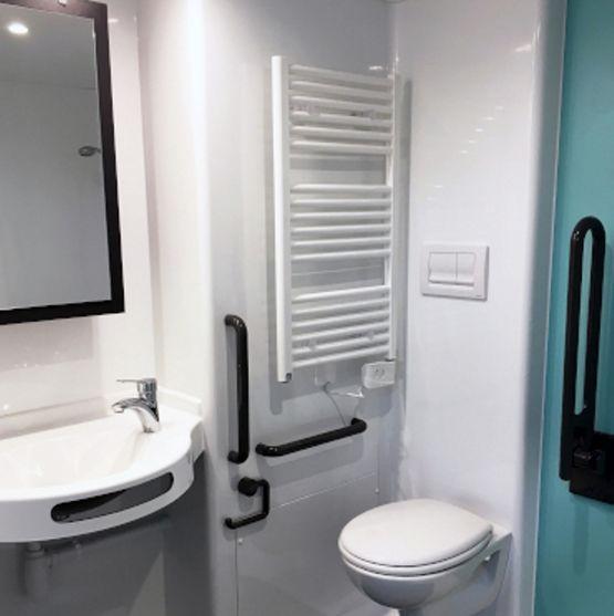 Salle de bain monobloc avec porte battante ou coulissante - Porte coulissante salle de bains ...
