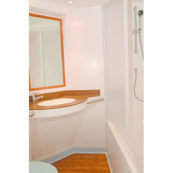 Salle de bains pr fabriqu e avec baignoire ou douche for Cabine de salle de bain prefabriquee