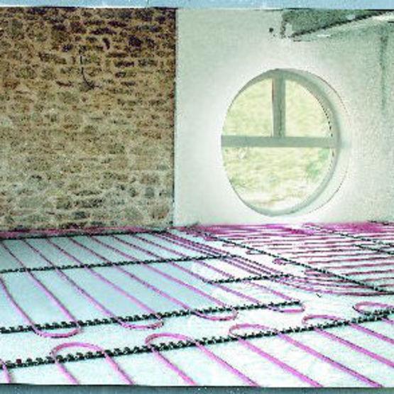 Syst me de plancher chauffant basse temp rature avec un tube synth tique multib ton for Plancher chauffant renovation mince