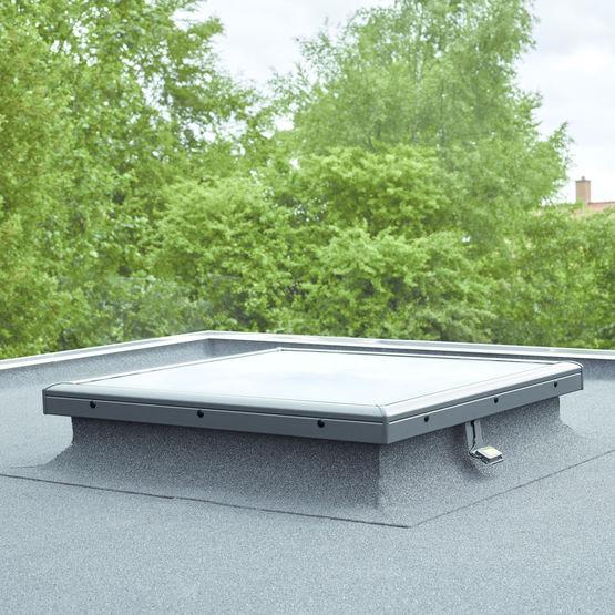 Fen tre de toit avec tanch it pour toitures plates ou for Tringle pour fenetre de toit