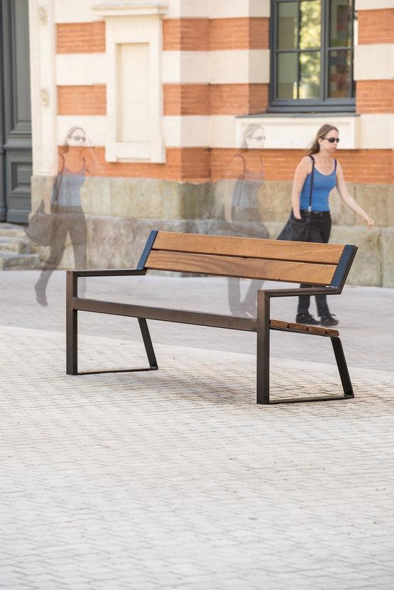 banc en acier avec assise et dossier en bois exotique area. Black Bedroom Furniture Sets. Home Design Ideas