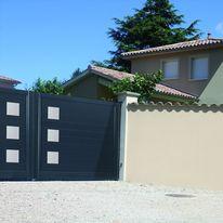 Portails en lames d'aluminium avec décors en acier inoxydable | Décors Inox