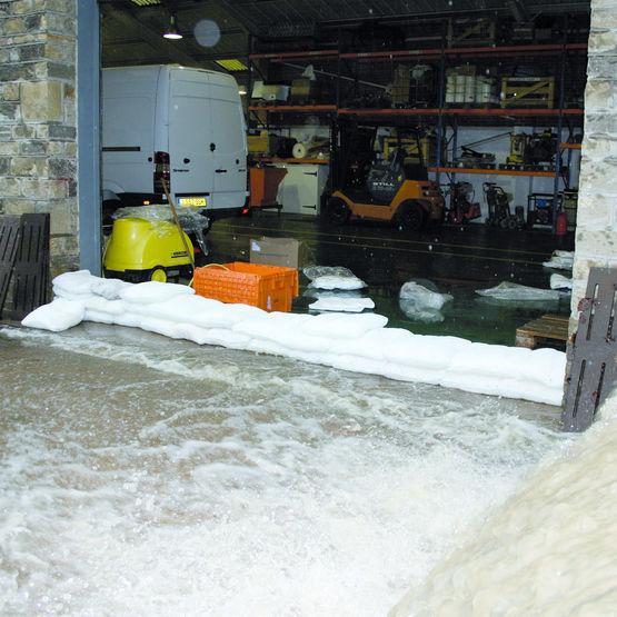 sac absorbant anti inondation rempli de particules de bois et polym res orisques distribution. Black Bedroom Furniture Sets. Home Design Ideas
